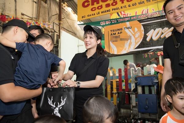 SAO LÀM TỪ THIỆN: Diệp Lâm Anh bầu 8 tháng vẫn tay xách nách mang, trong khi Chi Pu hát nhảy nhiệt tình hết nấc-4