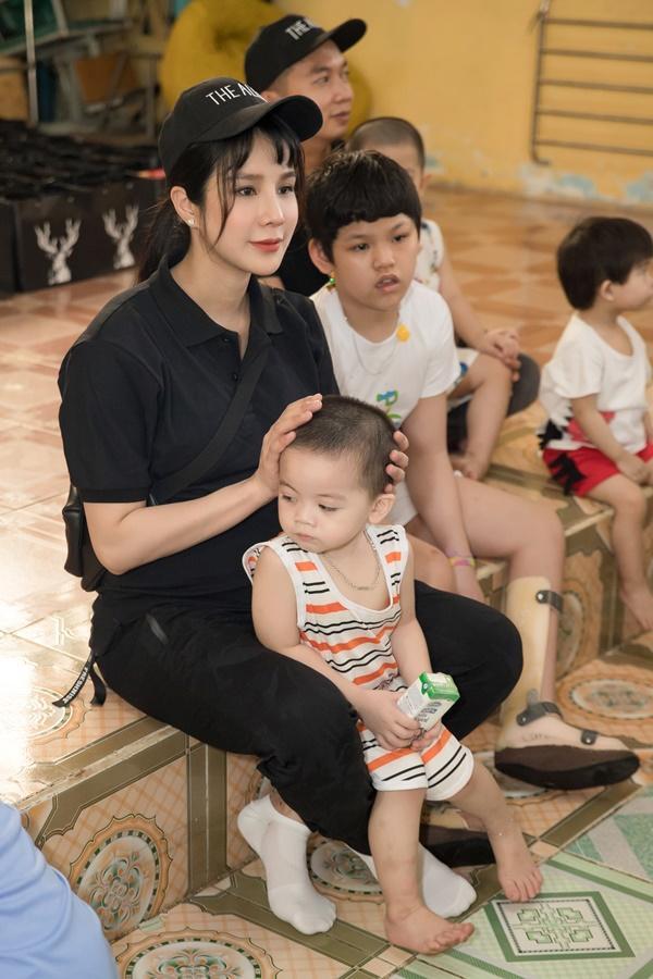 SAO LÀM TỪ THIỆN: Diệp Lâm Anh bầu 8 tháng vẫn tay xách nách mang, trong khi Chi Pu hát nhảy nhiệt tình hết nấc-6