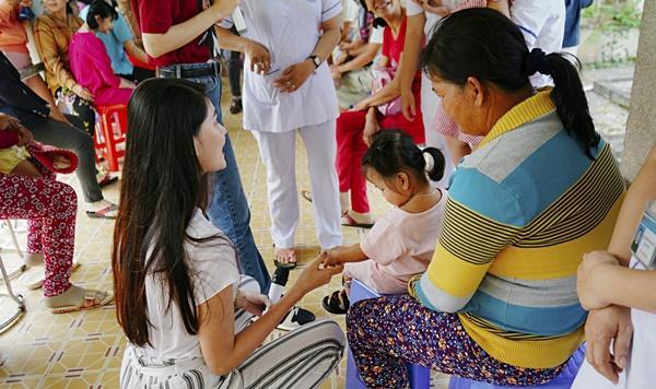 SAO LÀM TỪ THIỆN: Diệp Lâm Anh bầu 8 tháng vẫn tay xách nách mang, trong khi Chi Pu hát nhảy nhiệt tình hết nấc-12