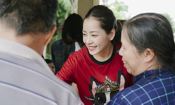 SAO LÀM TỪ THIỆN: Diệp Lâm Anh bầu 8 tháng vẫn tay xách nách mang, trong khi Chi Pu hát nhảy nhiệt tình hết nấc-9