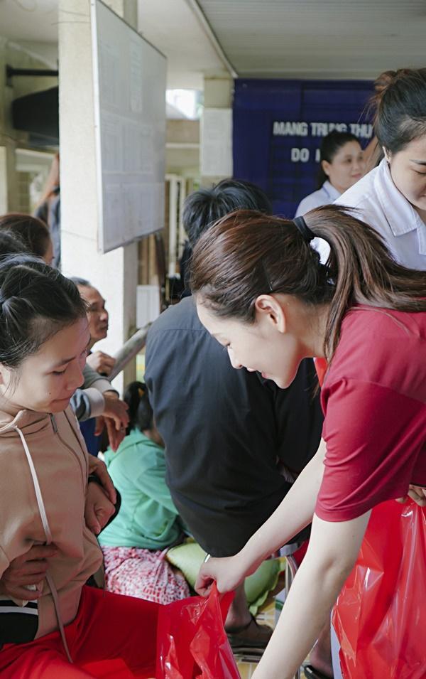 SAO LÀM TỪ THIỆN: Diệp Lâm Anh bầu 8 tháng vẫn tay xách nách mang, trong khi Chi Pu hát nhảy nhiệt tình hết nấc-10