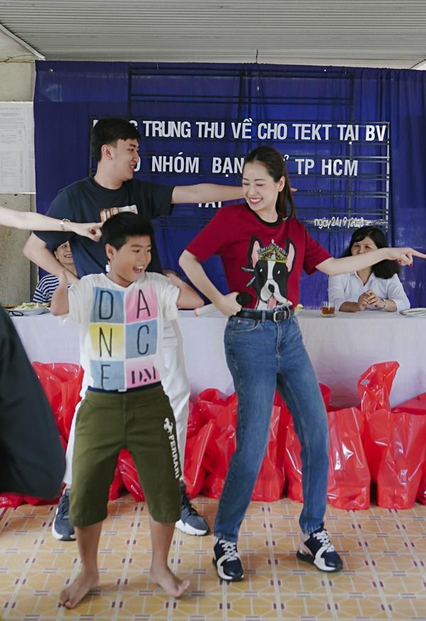 SAO LÀM TỪ THIỆN: Diệp Lâm Anh bầu 8 tháng vẫn tay xách nách mang, trong khi Chi Pu hát nhảy nhiệt tình hết nấc-13