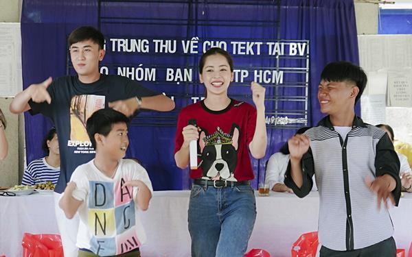 SAO LÀM TỪ THIỆN: Diệp Lâm Anh bầu 8 tháng vẫn tay xách nách mang, trong khi Chi Pu hát nhảy nhiệt tình hết nấc-14