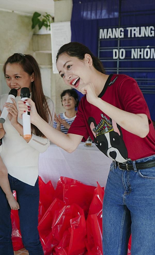 SAO LÀM TỪ THIỆN: Diệp Lâm Anh bầu 8 tháng vẫn tay xách nách mang, trong khi Chi Pu hát nhảy nhiệt tình hết nấc-15
