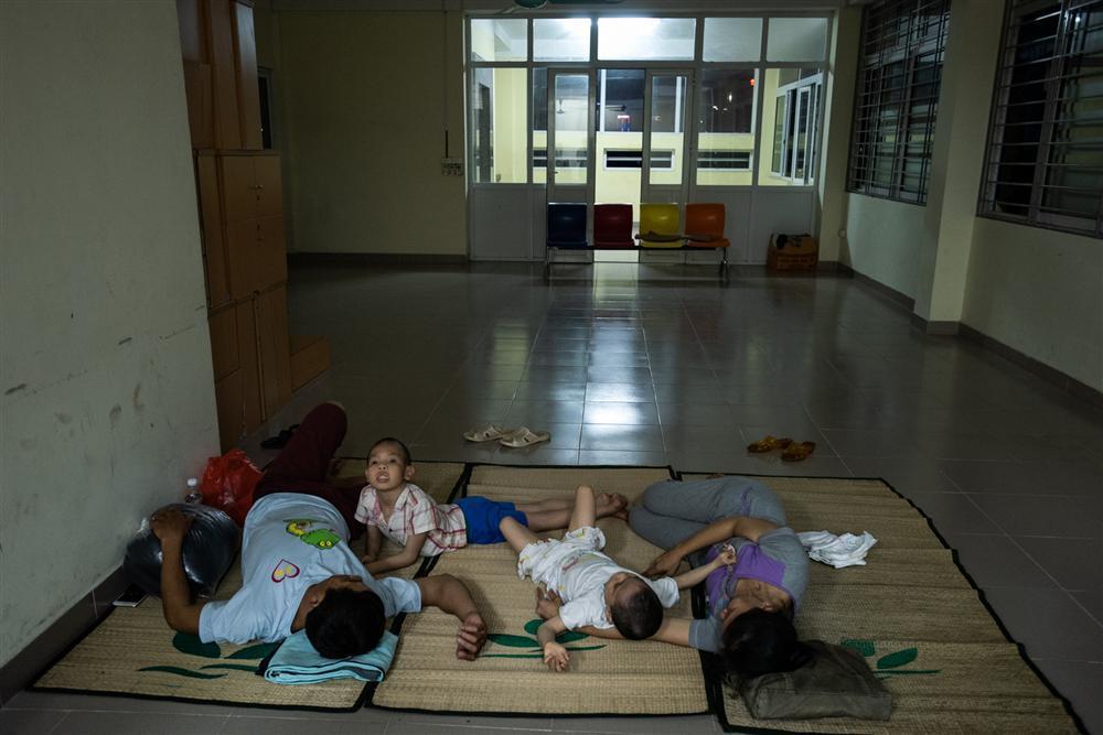 Trung thu của hai anh em bại não mất nhà trọ sau vụ cháy gần Bệnh viện Nhi-3