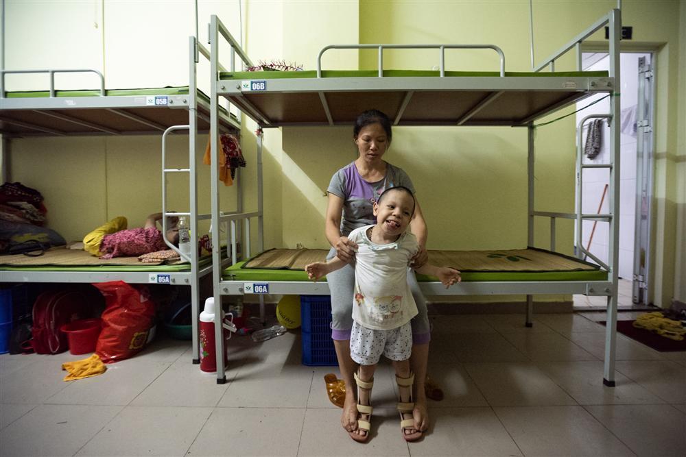 Trung thu của hai anh em bại não mất nhà trọ sau vụ cháy gần Bệnh viện Nhi-7