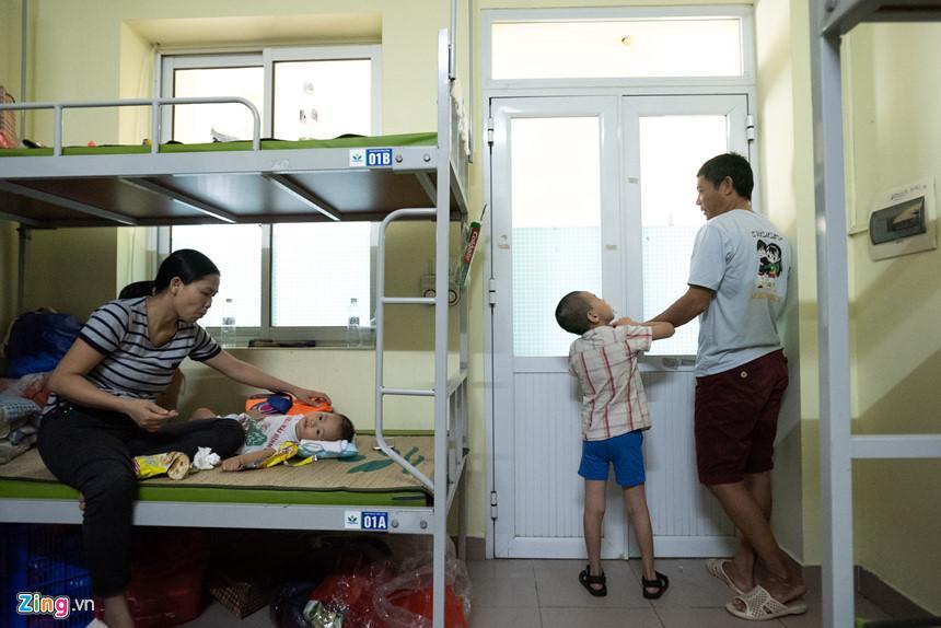 Trung thu của hai anh em bại não mất nhà trọ sau vụ cháy gần Bệnh viện Nhi-10