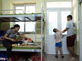 Trung thu của hai anh em bại não mất nhà trọ sau vụ cháy gần Bệnh viện Nhi