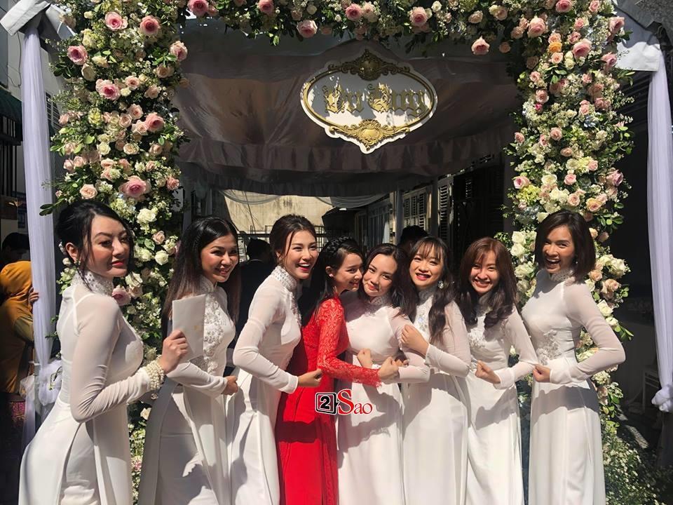 Cận cảnh bộ áo dài đỏ khác biệt của Nhã Phương trong lễ ăn hỏi tràn ngập màu trắng-6