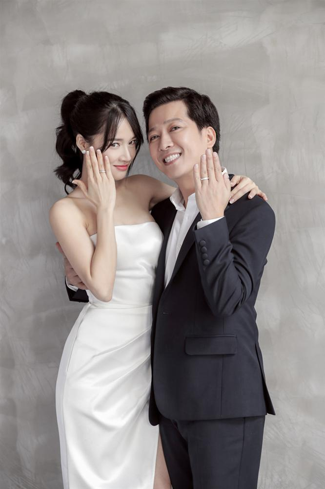 Trường Giang liên tục lau nước mắt cho Nhã Phương trong lễ cưới-1