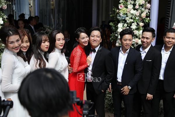 Trường Giang liên tục lau nước mắt cho Nhã Phương trong lễ cưới-2