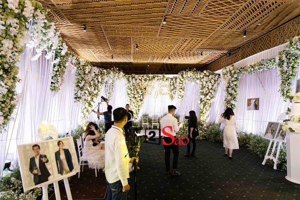 Trường Giang liên tục lau nước mắt cho Nhã Phương trong lễ cưới-11