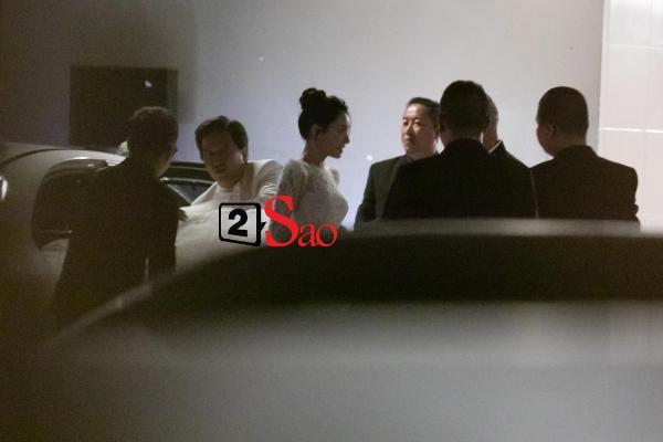 Trường Giang liên tục lau nước mắt cho Nhã Phương trong lễ cưới-16