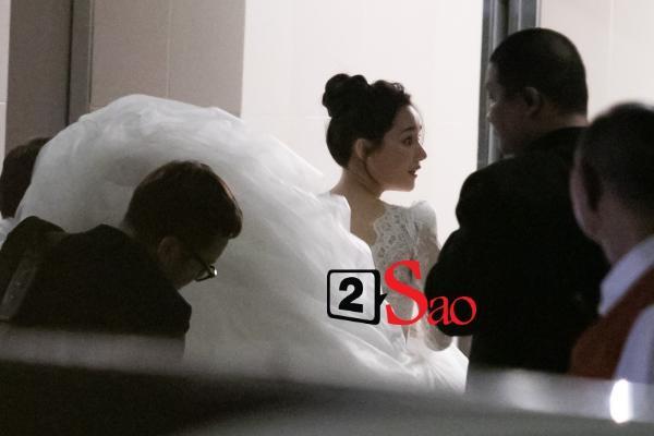 Trường Giang liên tục lau nước mắt cho Nhã Phương trong lễ cưới-18