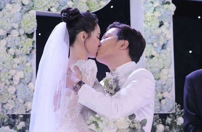 Đi đám cưới Trường Giang - Nhã Phương, Hương Giang Idol ngậm ngùi than thở ăn cỗ toàn lỗ-5
