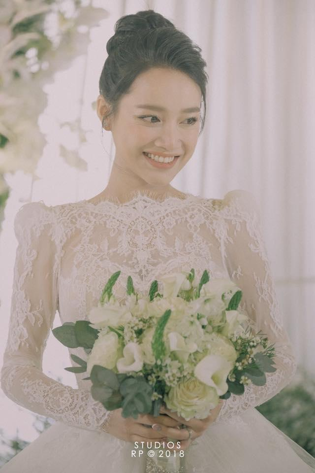 Cùng mặc áo cô dâu: Nhã Phương bị chê da lão hóa sớm - Lan Khuê trang điểm đẹp đỉnh cao-2