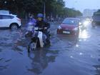 Mưa lớn, Hà Nội chìm trong 'biển nước', giao thông hỗn loạn