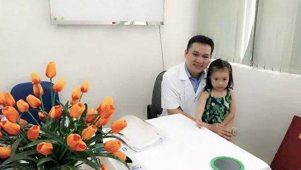 Gặp lại em bé Việt nhỏ tuổi nhất được ghép da đầu khiến bác sĩ sững sờ-1