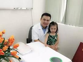 Gặp lại em bé Việt nhỏ tuổi nhất được ghép da đầu khiến bác sĩ sững sờ