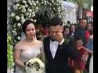 Clip chú rể bật khóc còn cô dâu vui như 'bắt được vàng' trong ngày cưới và bí mật phía sau khiến dân tình ngỡ ngàng