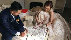 Chết cười hội bạn thân mừng cưới toàn tiền lẻ, cô dâu chú rể ngồi đếm quên tân hôn