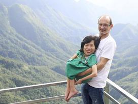 Chuyện tình định mệnh của cô gái Việt nhỏ bé lọt thỏm trong vòng tay chàng kỹ sư Úc