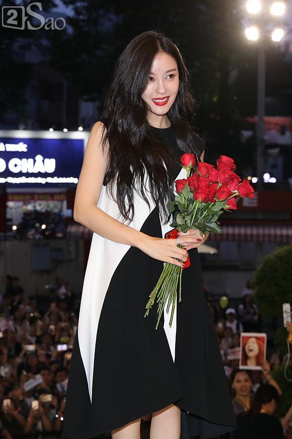 Fan Việt đóng giả Valak hù dọa Hyomin T-Ara, AOA rạng rỡ trong buổi ký tặng-1