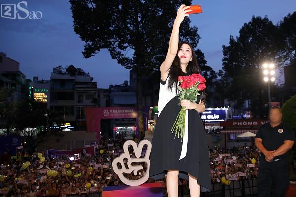 Fan Việt đóng giả Valak hù dọa Hyomin T-Ara, AOA rạng rỡ trong buổi ký tặng-2