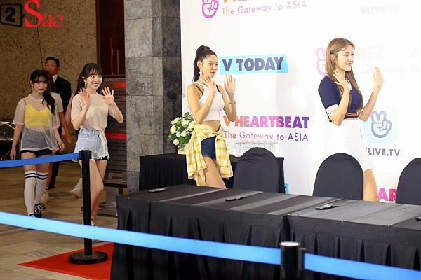 Fan Việt đóng giả Valak hù dọa Hyomin T-Ara, AOA rạng rỡ trong buổi ký tặng-10
