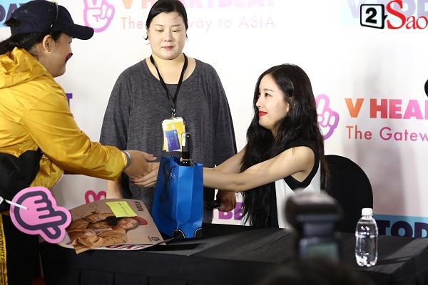 Fan Việt đóng giả Valak hù dọa Hyomin T-Ara, AOA rạng rỡ trong buổi ký tặng-3