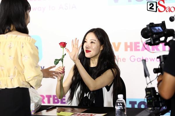 Fan Việt đóng giả Valak hù dọa Hyomin T-Ara, AOA rạng rỡ trong buổi ký tặng-4