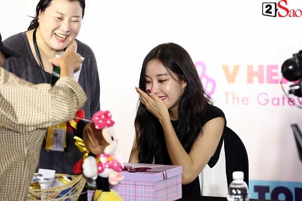 Fan Việt đóng giả Valak hù dọa Hyomin T-Ara, AOA rạng rỡ trong buổi ký tặng-5