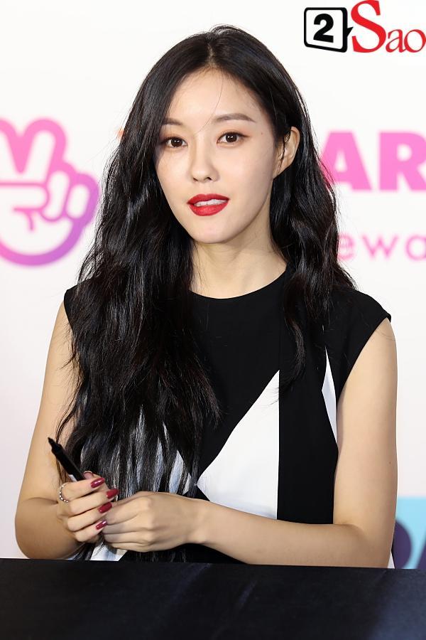 Fan Việt đóng giả Valak hù dọa Hyomin T-Ara, AOA rạng rỡ trong buổi ký tặng-8