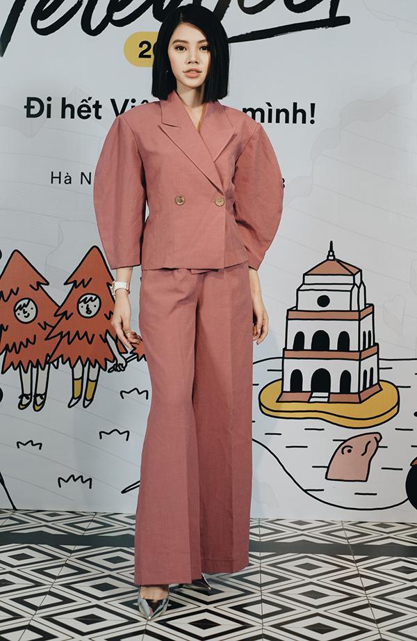 Hương Giang Idol khoe vòng 1 gợi cảm, liên tục giữ dây áo vì quá mảnh-12