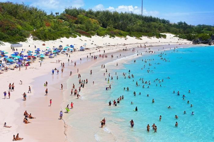 Những bãi biển có bờ cát hồng kỳ ảo nhất thế giới-1