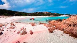 Những bãi biển có bờ cát hồng kỳ ảo nhất thế giới