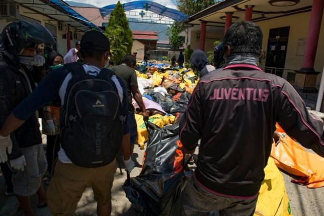 Indonesia phải chôn cất tập thể nạn nhân vụ động đất, sóng thần-1