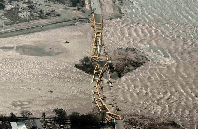Indonesia phải chôn cất tập thể nạn nhân vụ động đất, sóng thần-3
