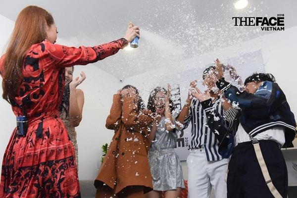 Hết hồn xem Minh Hằng ăn mừng hổng giống ai tại The Face: Nổi nhạc nhảy tưng bừng, phụt tuyết kín mặt thí sinh-1