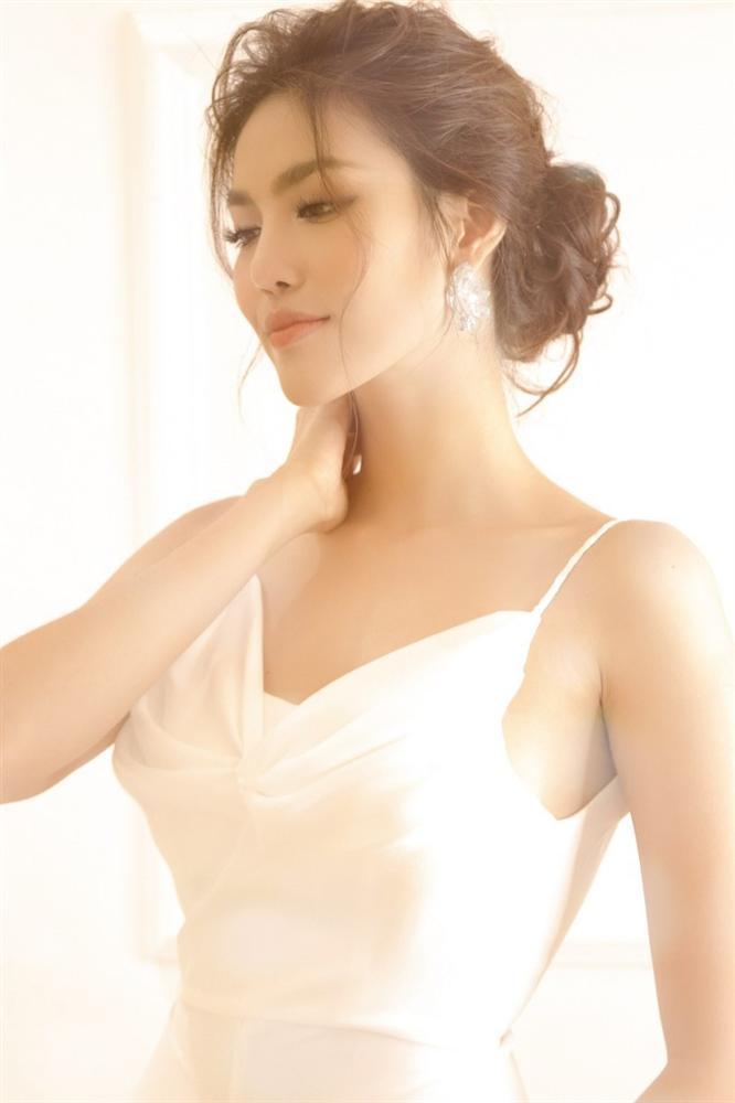Lan Khuê 2 ngày trước khi làm cô dâu: Lộ diện những mẫu váy cưới siêu gợi cảm chỉ Hoa khôi mới dám mặc-5