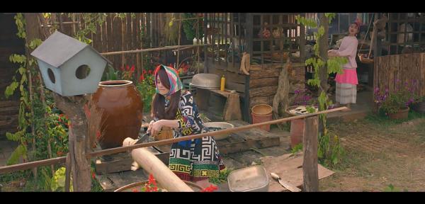 Ngân Khánh cho heo ăn, cuốc đất trồng rau mà vẫn mặc trang phục hàng hiệu-5