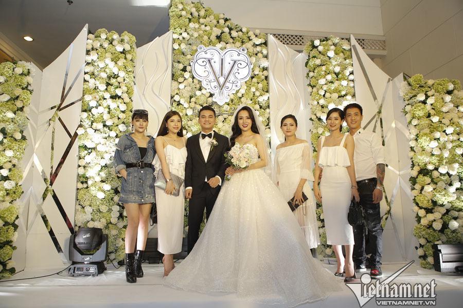 Những chiếc váy cưới đẹp như cổ tích của 5 cô dâu đình đám nhất showbiz Việt năm 2018-12