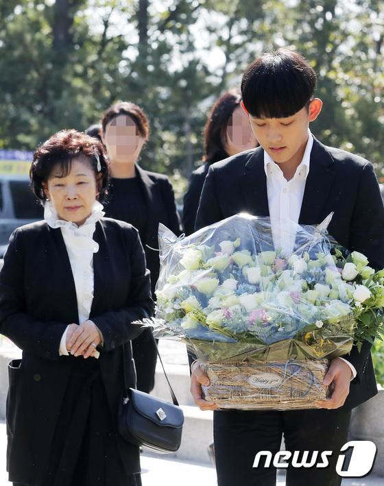Kỷ niệm 10 năm ngày Choi Jin Sil tự tử: Hai con đã trưởng thành và bước qua nỗi đau mất mẹ-13