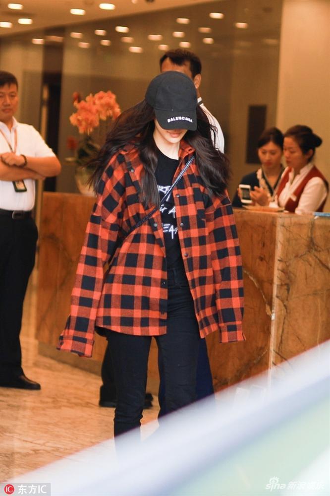 Huỳnh Hiểu Minh - Angela Baby che kín quý tử trước ống kính phóng viên-1