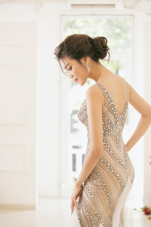 Váy cưới Lan Khuê mặc để chào khách được làm trong hai tháng-1