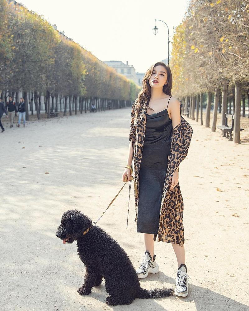 Nhã Phương - Trường Giang diện đồ đôi tình tứ, Đỗ Mỹ Linh bất ngờ khoe street style gợi cảm khi hết nhiệm kì Hoa hậu-8
