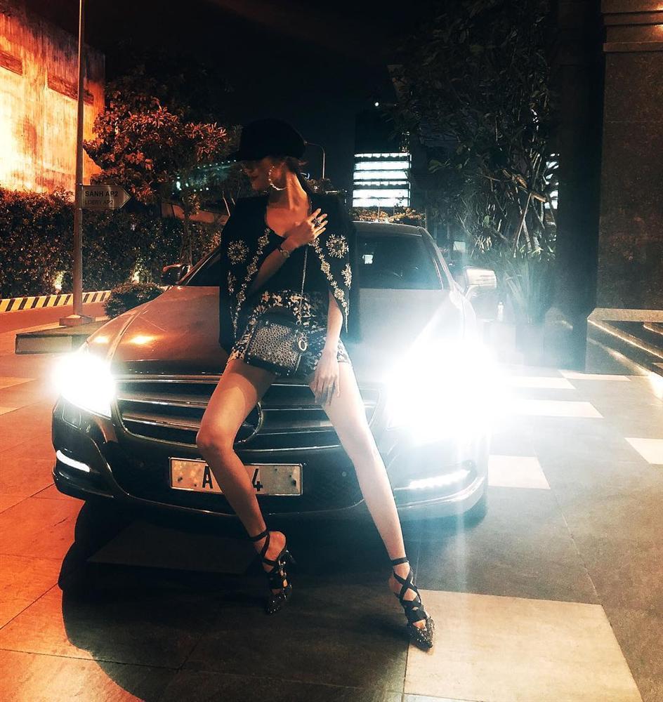 Nhã Phương - Trường Giang diện đồ đôi tình tứ, Đỗ Mỹ Linh bất ngờ khoe street style gợi cảm khi hết nhiệm kì Hoa hậu-4