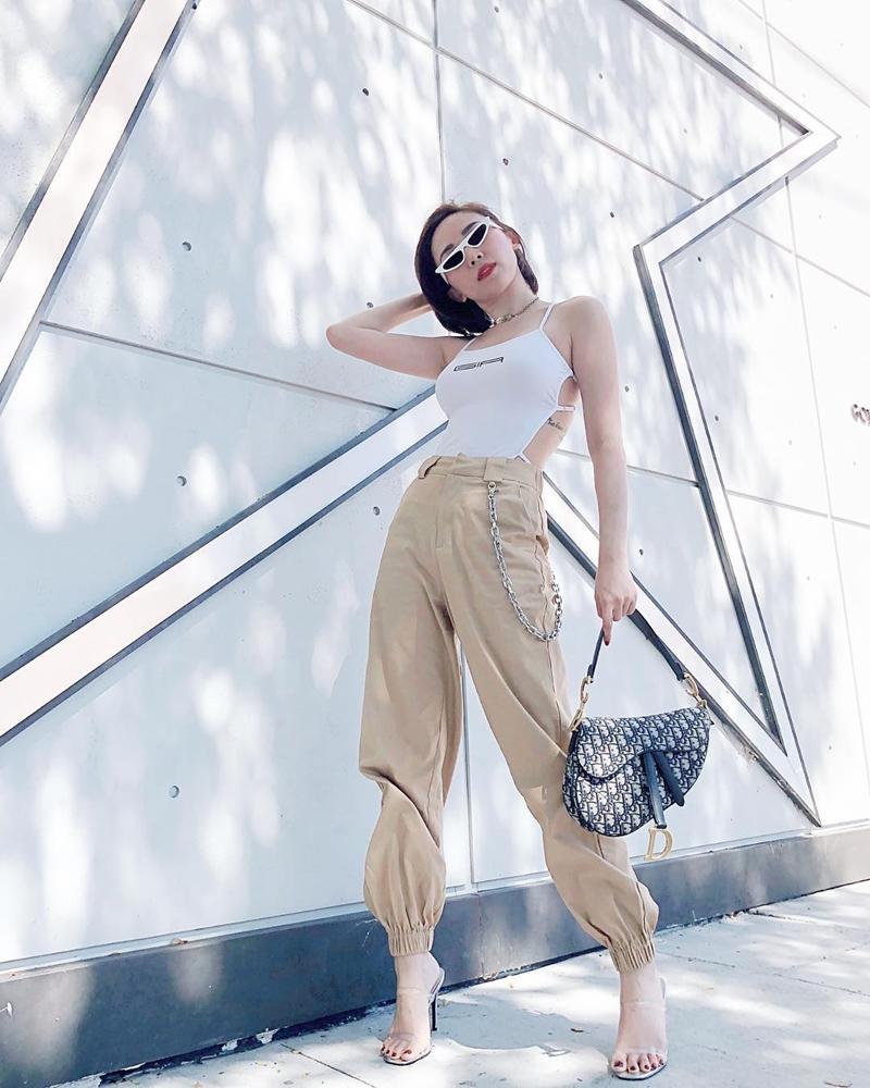 Nhã Phương - Trường Giang diện đồ đôi tình tứ, Đỗ Mỹ Linh bất ngờ khoe street style gợi cảm khi hết nhiệm kì Hoa hậu-6