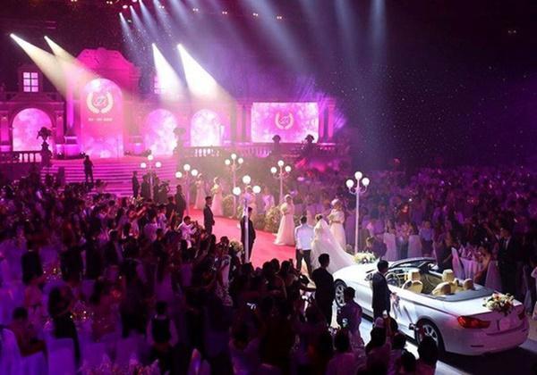 Choáng ngợp với đám cưới 10 tỷ ở Đà Nẵng: Chú rể lái siêu xe lên sân khấu, mời cả ca sĩ hạng A đến góp vui-4