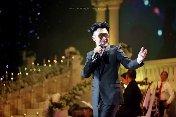 Choáng ngợp với đám cưới 10 tỷ ở Đà Nẵng: Chú rể lái siêu xe lên sân khấu, mời cả ca sĩ hạng A đến góp vui-6